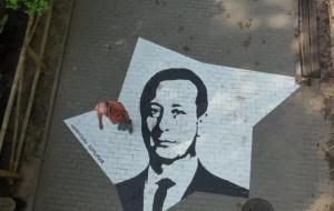 Stąpając po gwiazdach - o muralach na chodniku przy Operze Leśnej