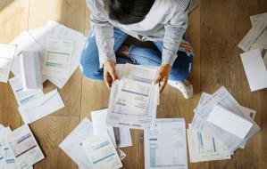 Rachunki: mniej dłużników, większy dług