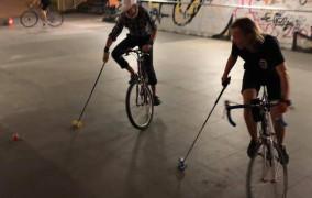 Polo na rowerach. Jak w to się gra? Treningi pod Ergo Areną dla wszystkich