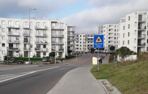 Szybka jazda po osiedlowych ulicach