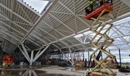 Nowa część terminala częściowo pokryta dachem. Trwa rozbudowa lotniska