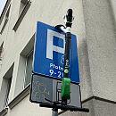 """Na drzewie i na znaku. Dziwne miejsca na """"parkowanie"""" hulajnóg"""