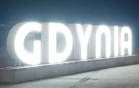 """Podświetlany napis """"Gdynia"""" przy akwarium"""