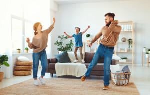 15 pomysłów na aktywne zabawy z dzieckiem w domu