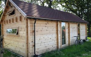 Drewniane domki całoroczne. Co oferują? Jakie są ich zalety?