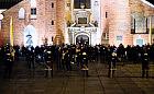 Katedra Oliwska otoczona przez policję. Kontrmanifestacja z modlitwami