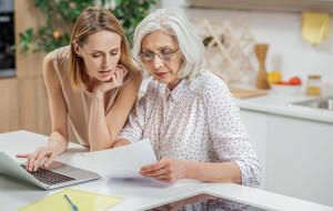"""Niechęć do """"e-rozwiązań"""" utrudnia życie seniorom"""