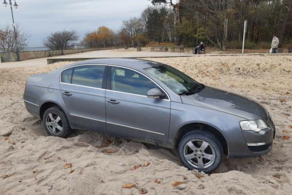 Passat utknął w plażowym piasku