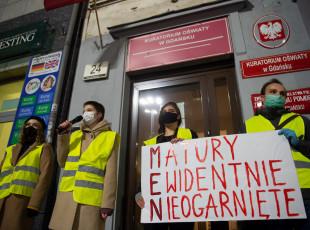 Maturzyści protestowali pod kuratorium