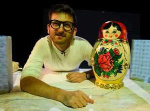 "Spektakl o falowcu online. Premiera ""Betonu"" Teatru Miniatura"