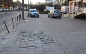 Samochody nie znikną z chodnika na Słowackiego