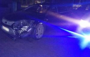 Ucieczka pijanego kierowcy zakończona na drogowym słupie