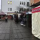 Namioty handlowe doklejone do LOT-u i wiaty przystankowej
