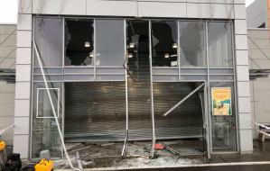 Samochodami w drzwi. Nocny napad na jubilera w Auchan