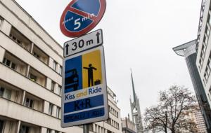 """Gdynia zachęca na znakach: """"pocałuj i jedź"""""""