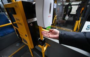 Dozowniki z płynem do dezynfekcji w autobusach i tramwajach