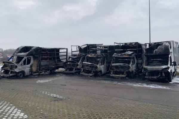 Pożar pięciu dostawczaków na parkingu przy Świętokrzyskiej