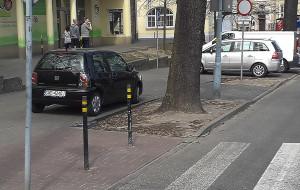Przy UCK powstanie parking, bo kierowcy zastawiają drogę do szpitala