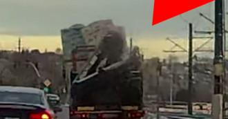 Źle zabezpieczony ładunek prawie wypadł z ciężarówki