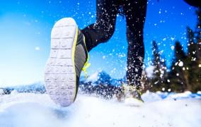 Czy warto biegać po śniegu? Jakie korzyści, na co uważać, jak się przygotować?