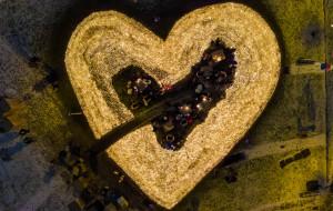 Serce ze zniczy dla Pawła Adamowicza