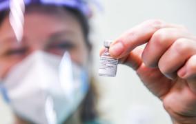 """Wstrzymane szczepienia medyków. """"Druga dawka zabezpieczona"""""""