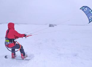Znaleźli sposób na zamknięte wyciągi. Snowkite na polach z prędkością 70 km/h