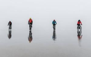 Przejechali rowerami przez zamarznięty Zalew Wiślany. Jak zrobić to bezpiecznie?
