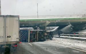 Przewrócona ciężarówka na obwodnicy. Szybka interwencja strażaków