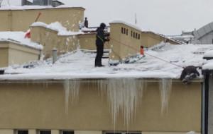 Ile waży śnieg i dlaczego trzeba go usuwać z dachów