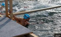 Zobacz pływanie w lodowatej wodzie. Gdynia...