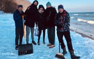 Z dobrego serca odśnieżyli plażę, pomogli odnaleźć zagubiony telefon