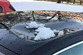 Śnieg spadł na auto, dach wgnieciony. Uwaga na odwilż, bo może narobić szkód