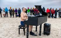 Pianista-mors zagrał w szczytnym celu na...