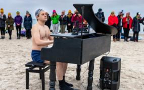 Pianista mors zagrał w szczytnym celu na plaży o wschodzie słońca