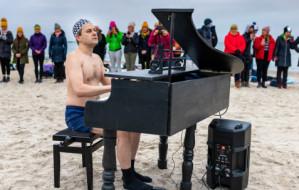 Pianista-mors zagrał w szczytnym celu na plaży o wschodzie słońca