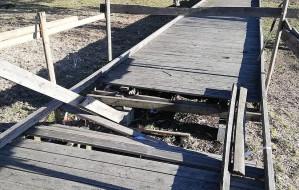 Zły stan drewnianej kładki w parku Reagana