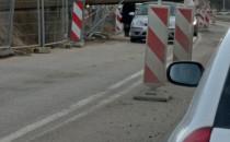 Element budowlany spadł z dźwigu na auto...
