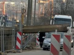 Element budowlany spadł z dźwigu na auto na ul. Kwiatkowskiego