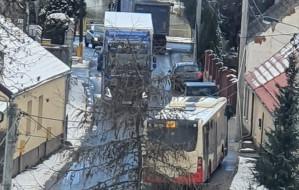 Autobusy muszą wjeżdżać na chodnik, by minąć się z ciężarówkami