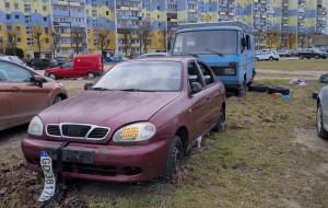 Wraki od miesięcy zalegają na parkingu spółdzielni