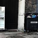 Śmietnik przy lodówce społecznej. Czy tak to ma wyglądać?