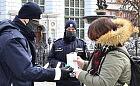 Policjanci rozdają darmowe maski