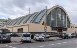 Gdynia: skwer, światła i rowerzyści przy halach targowych