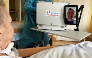 """Tablet(ki) na samotność"" pomagają pacjentom w kontakcie z bliskimi"