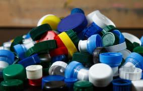 Zbieranie plastikowych nakrętek ma sens. To realna pomoc dla dzieci