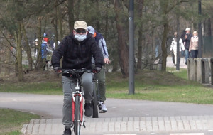 Maseczki chronią rowerzystów przed koronawirusem czy mandatami?