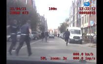 Złodziej wbiegł na ulicę przed jadący...