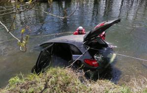 Auto wjechało do Raduni. Kierowca nie żyje