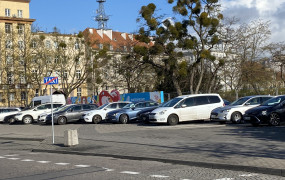 Kierowcy szukają miejsc do parkowania przy dawnym Gemini. Pojawią się blokady wjazdu